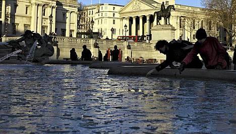Vesi jäätyi myös Trafalgarin aukiolla Lontoossa torstaina.