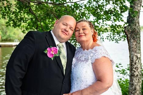 Tarja, 57, ja Raimo, 42, tutustuivat toisiinsa karaokebaarissa.