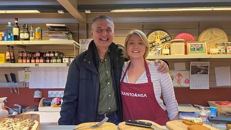 Juustokauppias Laura Salonen pääsi tapaamaan Netflix-tähti Philip Rosenthalin oman juustotiskinsä takana Vanhassa Kauppahallissa.