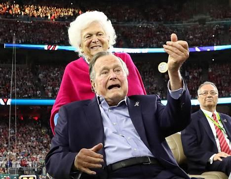 Barbara ja George H.W. Bush kuvattuna Super Bowl -ottelun yhteydessä Houstonissa helmikuussa.