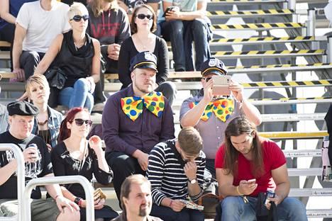 Yleisö seurasi Björklundin konserttia aurinkoisessa säässä.
