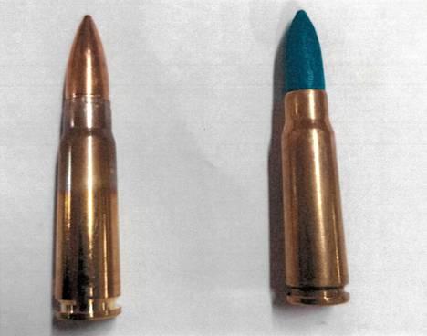 Kuvassa vasemmalla kova ammus ja oikealla paukkupatruuna.