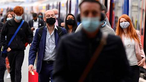 Matkustajia Waterloon juna-asemalla Lontoossa. Britannia suunnittelee nyt uusien koronarajoitusten käyttöönottoa.