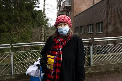 Maija Malmberg, Varissuo. 1. Kyllä vähän olen. Keväällä en saanut testiä, vaikka olin kipeänä kotona. Sairaalaan olisin päässyt, jos olisin jaksanut mennä. Kahdessa viikossa oli sairaus ohi. 2. Kyllä minä luotan. Maskia ja käsidesiä käytän ja pesen kädet usein.
