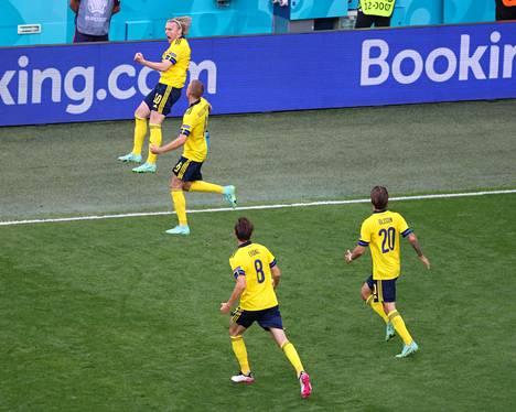 Emil Forsberg (numero 10) teki Ruotsille kaksi maalia, kun se keskiviikkona voitti Puolan 3–2. Länsinaapurimme eteni neljännesvälieriin E-lohkon voittajana. Se kohtaa ensimmäisellä pudotuspelikierroksella Ukrainan. Puolan turnaus sen sijaan päättyi alkulohkoon.