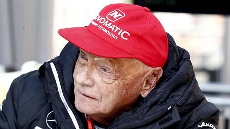 Onnettomuudessa syntyneet palovammat näkyvät Mercedeksen puheenjohtajana toimivan Niki Laudan kasvoilta.