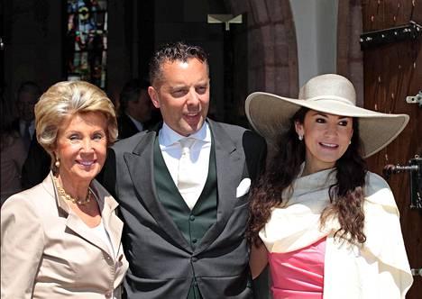 Faber-Castellien suku on täynnä kreivejä ja kreivittäriä. Kuvassa kreivi Anton-Wolfgangin veljenpoika Patrick äitinsä ja vaimonsa kanssa serkkunsa häissä.