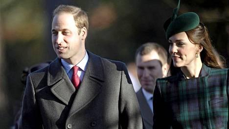 Prinssi William ja herttuatar Catherine matkalla joulukirkkoon.