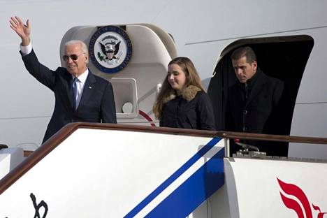 Joe Bidenia kritisoitiin siitä, että hän otti poikansa ja lapsenlapsensa mukaan virkamatkalle.