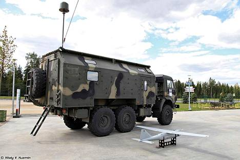 Leer-3-järjestelmän kuorma-autoon asennettu tukiasema ja Orlan-10-lennokki.