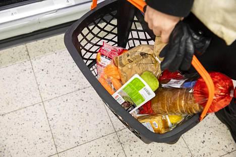 Kaupoissa voi tulla eteen haaste, jos pyrkii ostamaan mahdollisimman vähän muoviin pakattuja tuotteita.