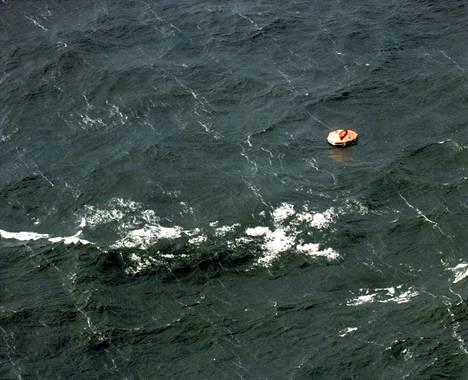Pelastuslautta meressä Estonian uppoamisen jälkeen.