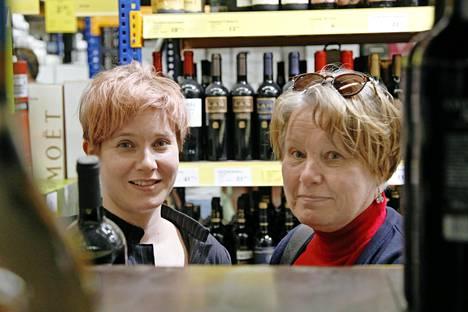 Olga Saavalainen ja Sari Pulkkinen asioivat Tallinnan SuperAlkossa. – Jos säästö olisi satasia, niin voisin kuvitella matkustavani Tallinnasta jopa Latviaan, sanoo Saavalainen.