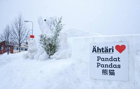 Pandoja odottamassa Ähtärissä olivat myös lumiveistokset karhuista.