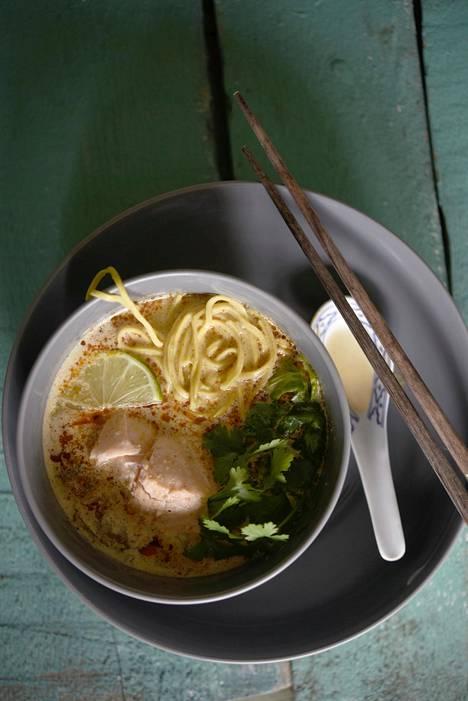 Herkullinen currytahnan ja kookosmaidon yhdistelmä -laksa valmistetaan yleensä riisinuudeleilla. Munanuudelit tuovat nuudelikeittoon lisää täyteläisyyttä.