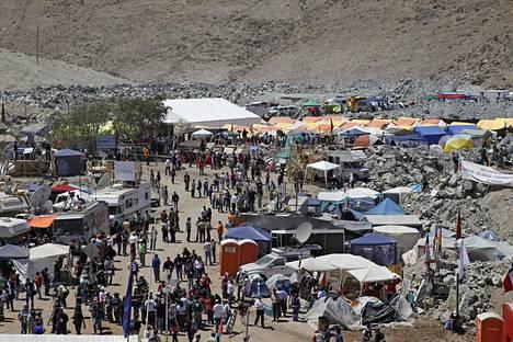 Kaivosmiesten omaiset leiriytyivät romahtaneen kaivoksen lähelle. Leiriä kutsuttiin Camp Esperanzaksi, Toivon leiriksi. Omaisten lisäksi alueella oleskeli satoja toimittajia.