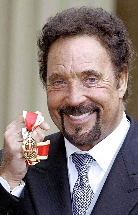 Sir Tom Jones ristittiin kuningatar Elisabetin toimesta ritariksi vuonna 2006.