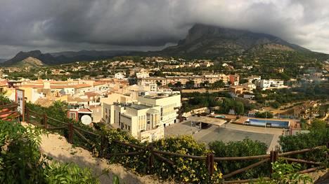 Finestratissa näkee, kuinka Alicanten aluetta ympäröivät vuoret estävät pilvien tulon ja näin seutu on harvinaisen aurinkoinen kautta vuoden.