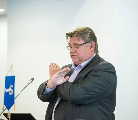 Puheenjohtaja Soini asetti sanansa usein värikkäästi. Puhuessaan takiaispuolueista kesäkokouksessa hän otti myös kätensä avuksi.