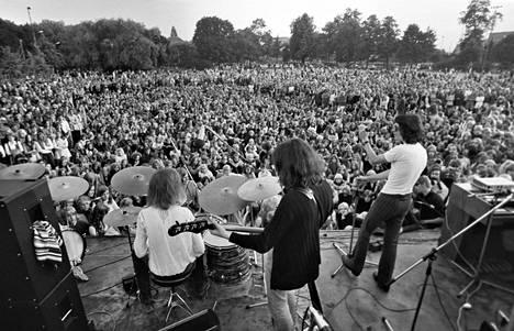 Wigwam Helsingissä Kaisaniemen puiston popkonsertissa 1970.