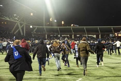 Meno kentällä oli riemukasta mutta kaikkineen juhlinta sujui varsin rauhallisesti ja hyvässä hengessä.