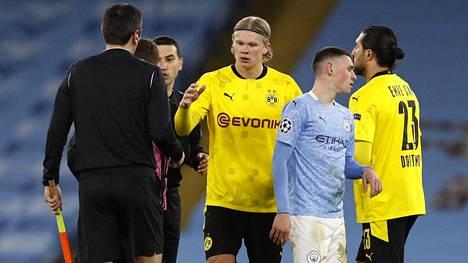 Tässä vaiheessa vasta perinteisesti käteltiin, mutta hetkeä myöhemmin yksi ottelun avustavista erotuomareista innostui pyytämään Dortmundin Erling Braut Haalandilta (keskellä) nimikirjoitusta.