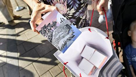 Arabian Muumin päivä -erikoismukit löysivät ripeästi ostajansa Iittalan myymälässä Kampin kauppakeskuksessa Helsingissä.
