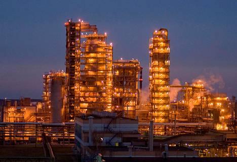 """Valko-Venäjä on riippuvainen """"asevelihintaan"""" Venäjältä ostamastaan öljystä, jota maa myös jalostaa uusiksi tuotteiksi edelleen myytäväksi. Kuvassa öljynjalostamo Minskissä, Valko-Venäjällä."""