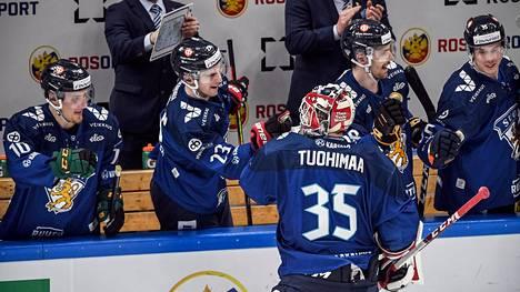 Maalivahti Frans Tuohimaa kruunasi A-maajoukkuedebyyttinsä iskemällä Suomen 5–1-maalin.