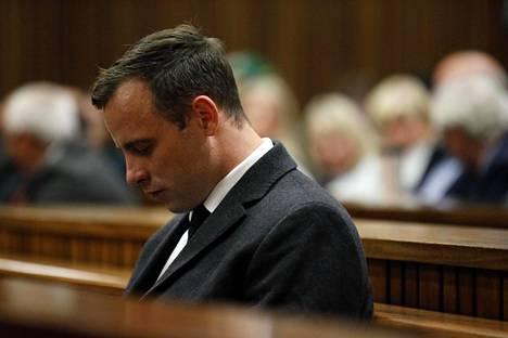 Pistorius kuulemassa tuomiotaan oikeudenkäynnissä.