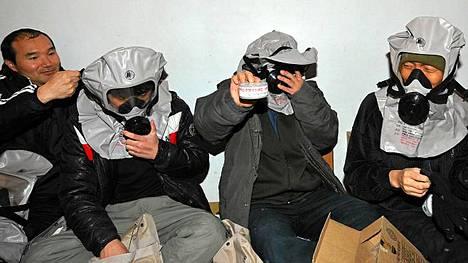Viime kuussa Pohjois-Korean tykistötulitukseen joutuneen Yeonpyongin saaren asukkaat harjoittelivat viikonloppuna kaasunaamarien käyttöä.