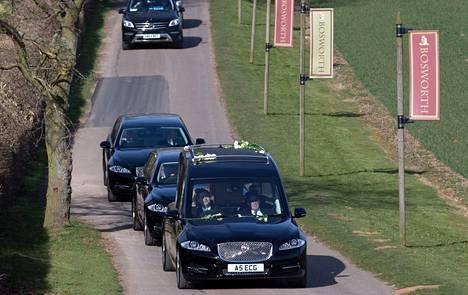 Hautajaissaattue saapuu Bosworthiin.