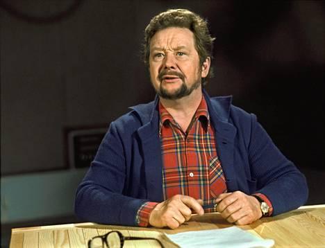 Lasse Pöysti lukee iltasatua Pikku Kakkosessa vuonna 1980.