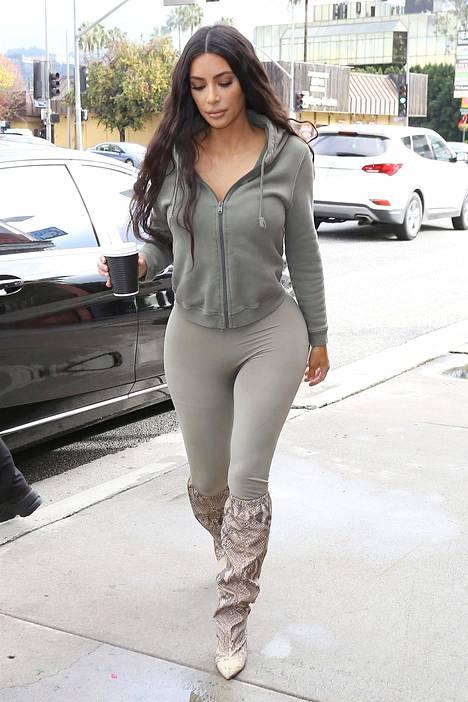 Kim Kardashian pukee rohkeasti myös housut, jotka paljastavat kaiken.