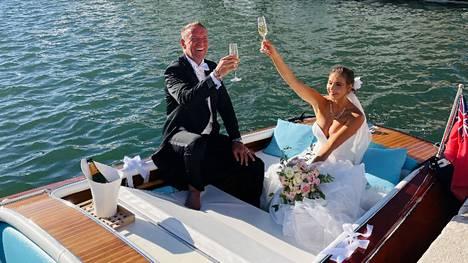 Renny ja Johanna Harlinin avioliiton siunaustilaisuus järjestettiin perjantaina. Pariskunta poistui kirkolta italialaisvalmisteisella veneellä.