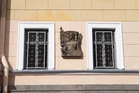 Mannerheimin muistolaatta on joutunut Pietarissa ilkivallan kohteeksi.