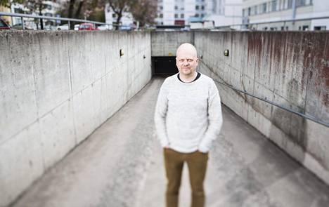 Sami Haapakoski on ammatiltaan kehitysvammaisten ohjaaja. Hän kertoo, että lomarahojen leikkausten vuoksi perheen ulkomaanmatka jää tulevana kesänä tekemättä.