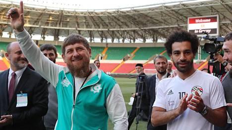 Egyptin maajoukkuetähti Mohamed Salah ja Tshetshenian johtaja Ramzan Kadyrov esiintyivät yhdessä Egyptin joukkueen harjoituksissa Groznyssa 10. kesäkuuta.