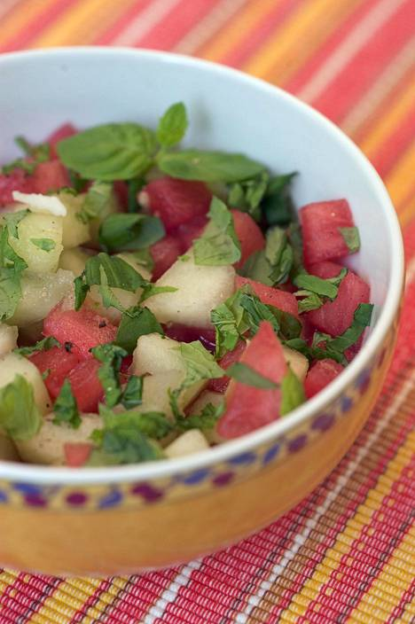Melonisalaatti on raikas lisuke.