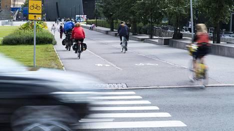 Jalankulkijalla on tässä etuoikeus, pyöräilijällä ei. Jos pyöräilijä ei väistä jalankulkijaa, pitäisi häntä ainakin periaatteessa sakottaa liikenneturvallisuuden vaarantamisesta.
