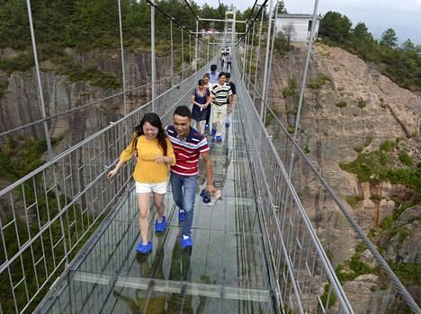 Hunanissa on myös pitkä lasinen silta kuilun yli.