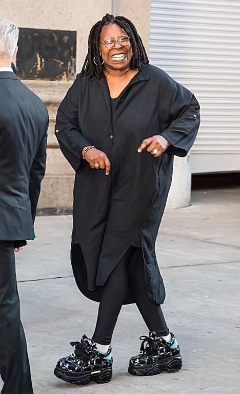 Whoopi Goldberg on tunnettu näyttelijä ja koomikko.