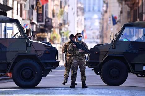 Poliisit sulkivat liikennettä tiellä Roomassa.