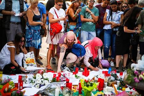 Barcelonan ja Cambrilsin iskuissa sai surmansa ainakin 14 ihmistä. Paikalliset ja turistit muistivat kuolonuhreja Barcelonan La Rambla -kadulla perjantaina.
