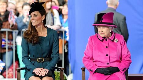 Herttuatar Catherine ja kuningatar Elisabet vuonna 2012.