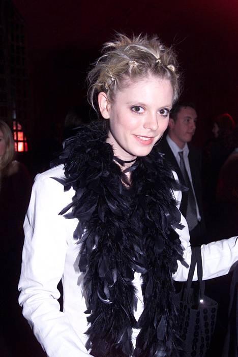Pienet poninhännät ja nutturat olivat vuonna 2000 suosittuja. Kuvassa näyttelijä Emilia Fox.