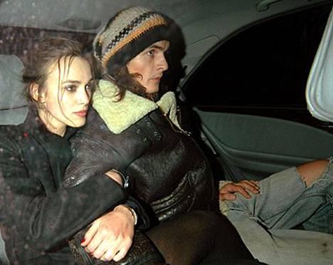 Keira Knightley ja Rupert Friend kuhertelevat taksissa.