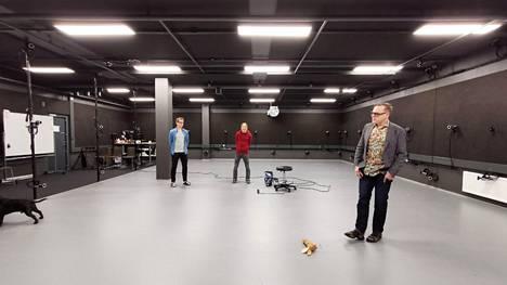 Remedyllä on oma studio liikkeenkaappausta (motion capture) varten. 94 seiniin ja kattoon kiinnitettyä kameraa kuvaa liikenäyttelijöitä, joiden eleet digitalisoidaan peliin. Etualalla cinematograher eli elokuvaaja Sami Kastarinen.