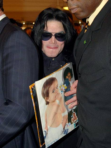 Michael Jackson kuvattuna Lontoossa shoppailemassa 2005.
