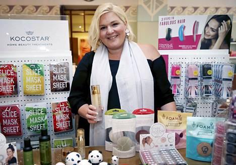 Yrittäjä Johanna Rönkkö tuo Suomeen ja muualle Pohjois-Eurooppaan jo kymmentä kauneus- ja kosmetiikka-alan huippusuosittua tuotemerkkiä.